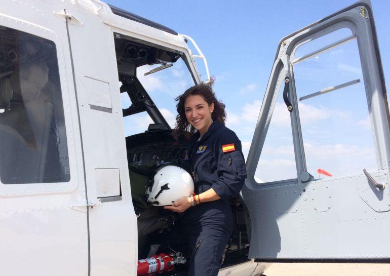 La comandante Rozalén en su helicóptero en Faasa