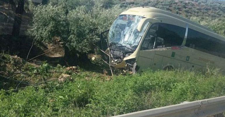 Autobús que ha sufrido el accidente en la A-6175 en el término municipal de Porcuna.