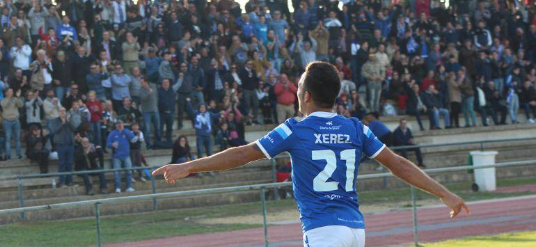 Cuenca celebrando un gol ante los aficionados del Xerez DFC