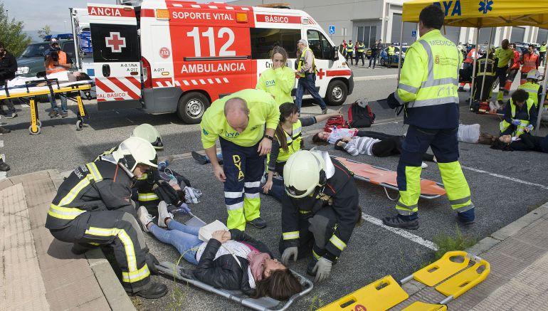 Efectivos de Protección Civil atienden a los heridos en el simulacro de accidente aéreo