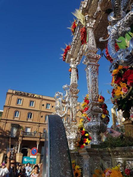 La carreta de la Hermandad de Sevilla Sur ante el Hospital de Fátima
