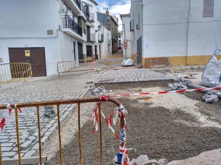 Obras con adoquinado en la calle de acceso al recinto amurallado de Iznatoraf
