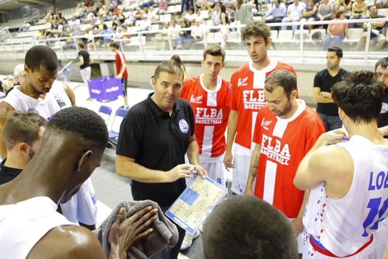 David Varela da instrucciones a sus jugadores