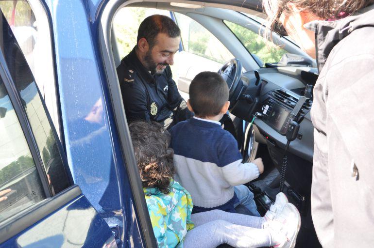 Niños y niñas disfrutaron de lo lindo con la olicía y sus vehículos durante la jornada de convivencia