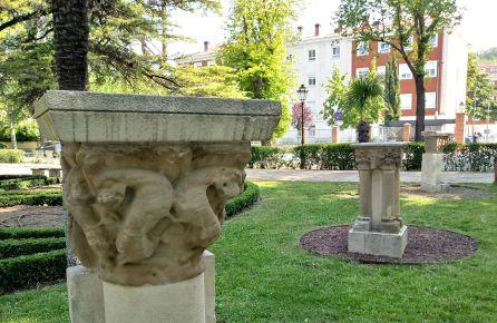 capiteles románicos de la misma iglesia de Cerezo de Río Tirón en los jardines de La Isla