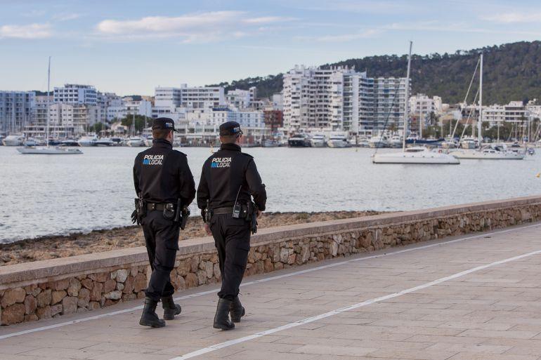 Imagen de archivo de dos agentes de la Policía Local de Sant Antoni