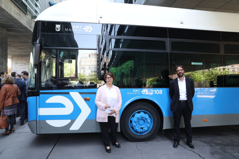 La delegada de Medio Ambiente, Inés Sabanés, y el gerente de la EMT, Álvaro Fernández Heredia, durante la presentación de la nueva imagen corporativa de la empresa.