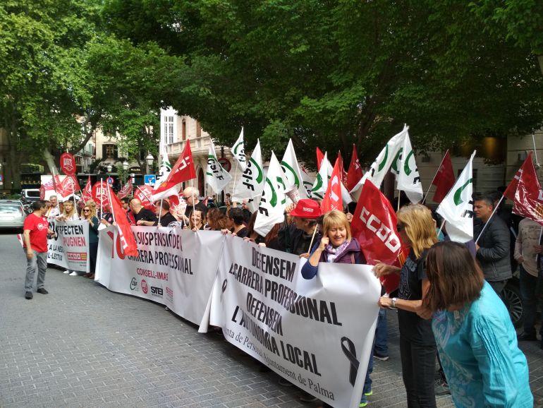 Más de 50 personas se manifiestan en Palma contra la retirada del complemento de la carrera profesional