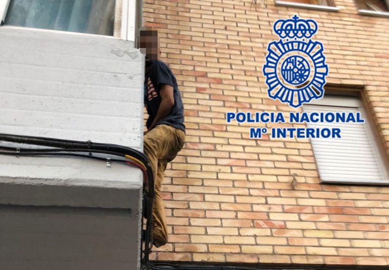 La Policía Nacional detiene a dos vecinos de Los Rosales a los que se les imputa seis presuntos robos con violencia e intimidación
