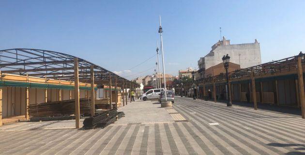 Imagen de las casetas instaladas desde principios de esta semana en la calle Mestre Ramon Ramia Querol, en Paterna, objeto de la polémica