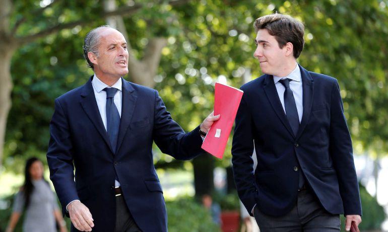 El expresident de la Generalitat Francisco Camps (i) a su llegada a la Ciudad de la Justicia de Valéncia donde declara como investigado por las supuestas irregularidades en la organización de los grandes premios de Fórmula 1 de València de 2008 a 2012.