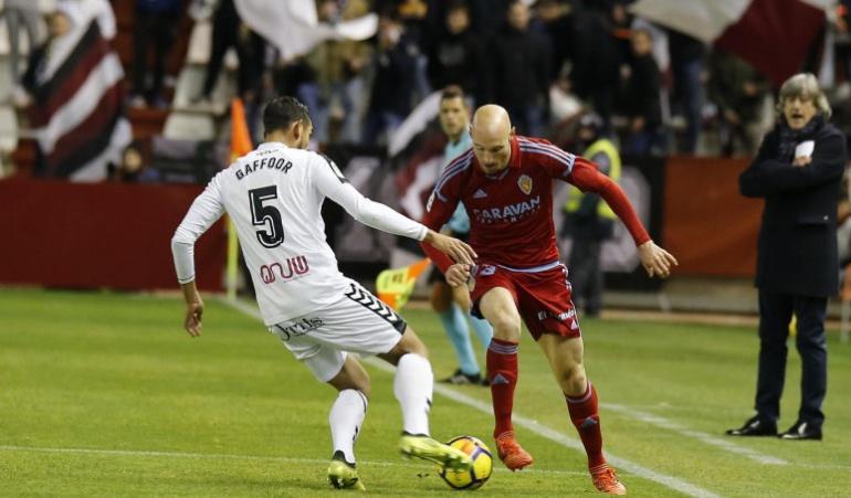 Toquero disputa un balón con el exzaragocista Gafoor en el partido de la primera vuelta