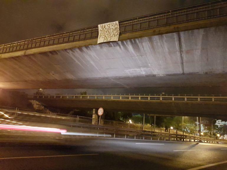 Pancarta colocada en uno de los puentes