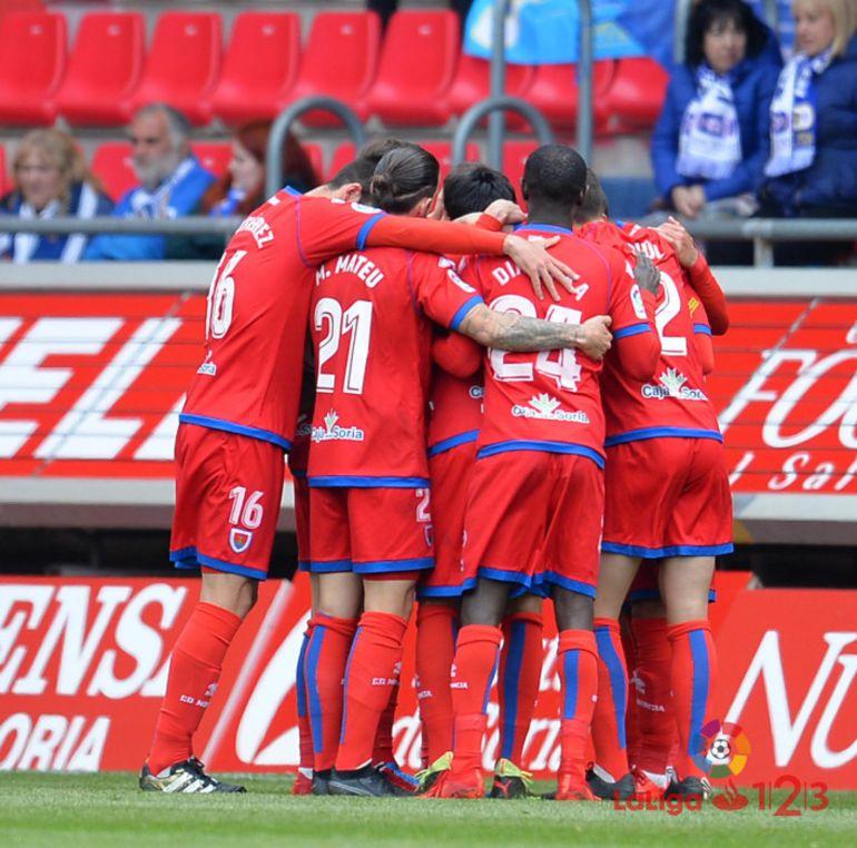 Los jugadores del Numancia celebran un gol ante el Oviedo en Los Pajaritos.