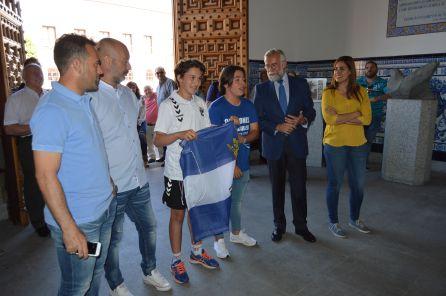 El alcalde recibe a los infantiles y cadetes del CF Talavera