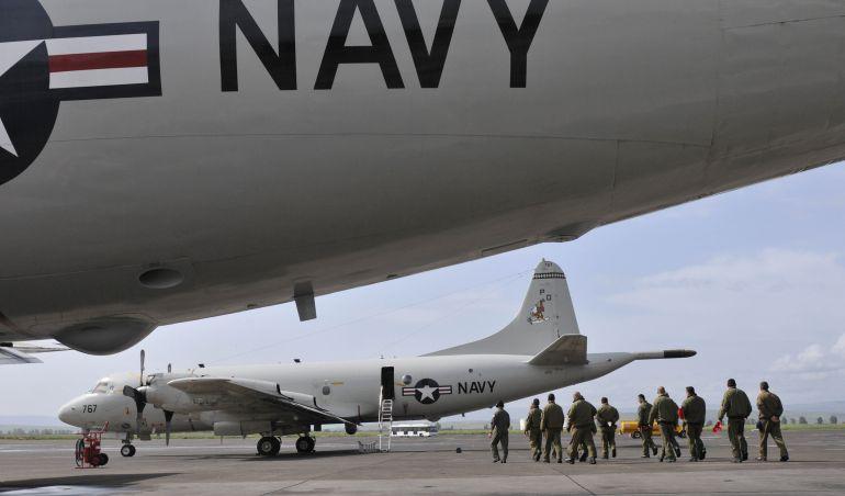 Efectivos y aviones de la US Navy en la pista