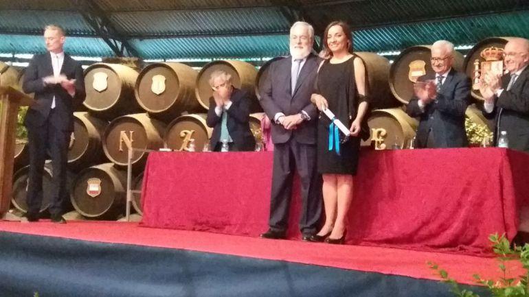 La periodista Pepa Bueno recibe el premio de manos del comisario europeo Miguel Arias Cañete