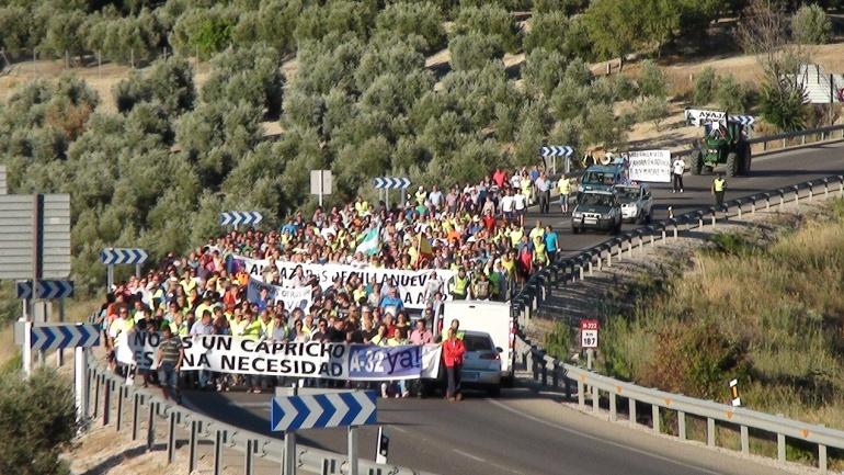 Manifestación el pasado 29 de junio del 2017, para exigir la constgrucción de la autovía A32 hasta Albacete. En la imagen, vehículos detenidos junto a los manifestantes y que no fueron desviados por la antigua travesía.