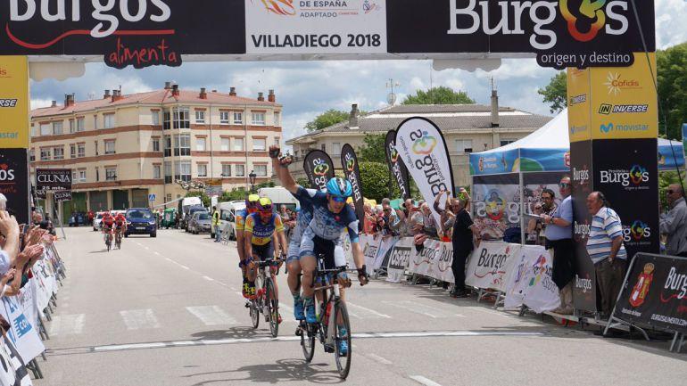 Noel Martín y Adolfo Bellido cruzan la línea de meta en primera posición, en la prueba en línea