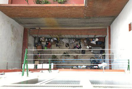 El patio interior, lleno de basura, de Tesoro 28.