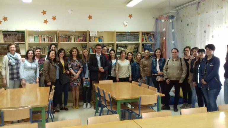 Autoridades con representantes de la comunidad educativa del colegio Virgen del Rosario de Villacarrillo.