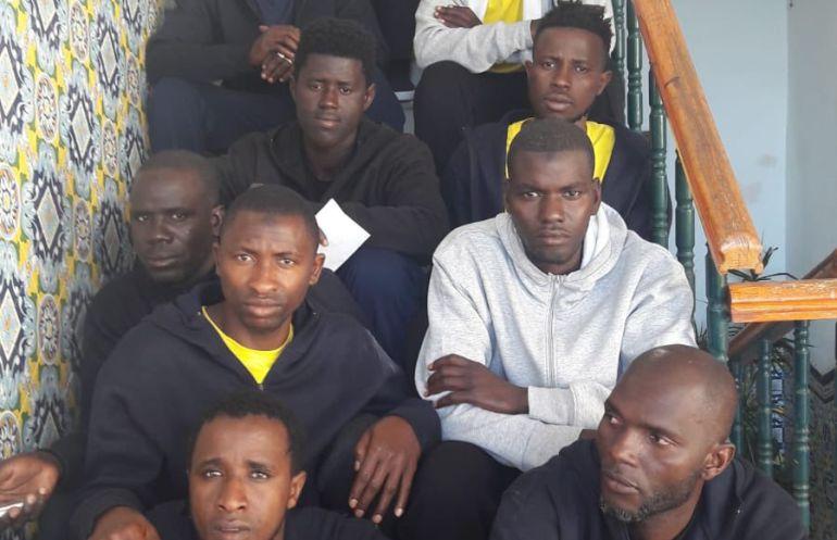 Los 12 inmigrantes llegados ayer al centro Tartessos tras recorrer a pie 11 kilómetros desde la comisaría de San Fernando