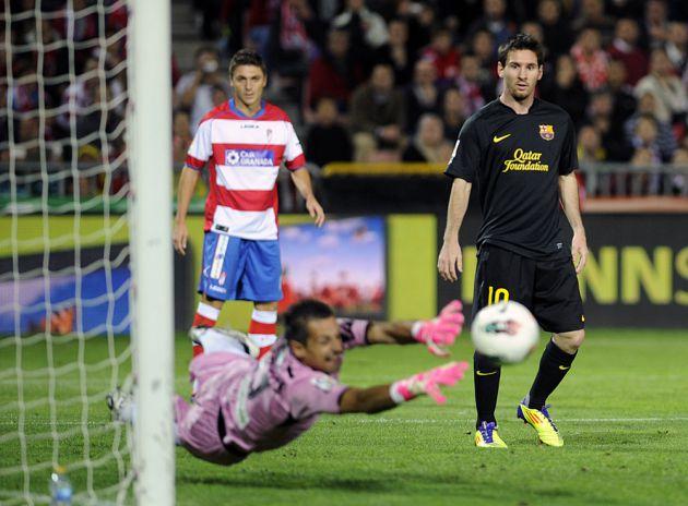 Roberto Fernández realizando una parada ante Leo Messi