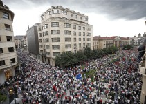 Miles de personas se manifiestan en Pamplona contra imposición del euskera