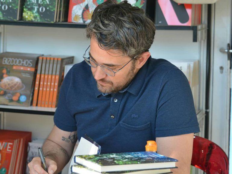 Máxim Huerta firmando ejemplares de Firmamento en la Feria del Libro