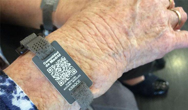 Pinto ha repartido en siete meses 33 pulseras para localizar fácilmente al mayor si se pierde.