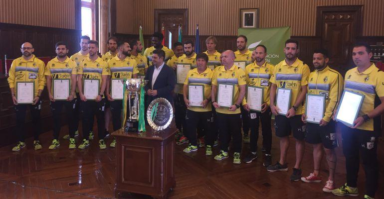El presidente de la Diputación de Jaén, Francisco Reyes, junto a los jugadores y cuerpo técnico del Jaén Paraíso Interior.