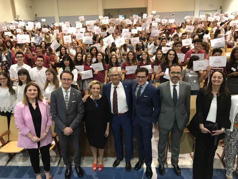 El colegio Santa Joaquina de Vedruna de Murcia ha acogido este martes la III Jornada de Conciliación: 'El Juez de Paz Educativo', donde se entregaron los reconocimientos por la labor prestada durante este curso a 538 jueces de paz educativos que han participado en el programa