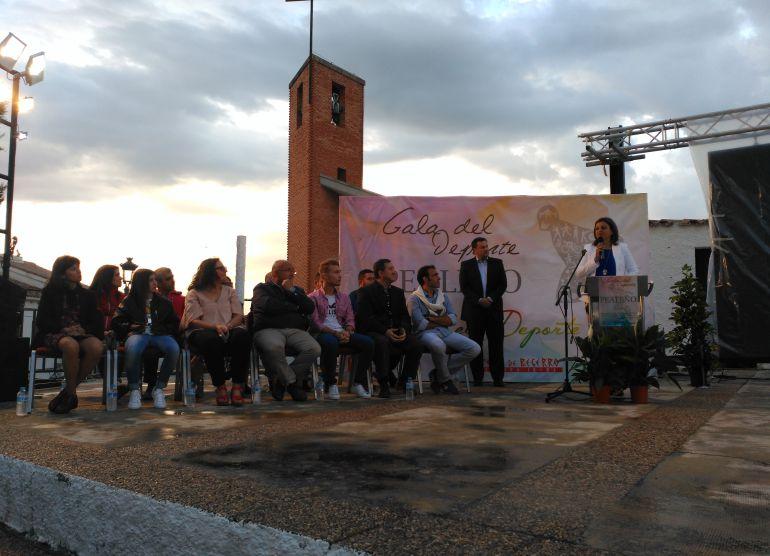 Los deportistas galardonados escuchan el discurso de apertura de la alcaldesa de Peal de Becerro, Ana D. Rubia
