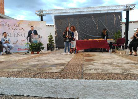 La joven deportista Lucía Olivares Díaz recibe el reconocimiento de manos de la alcaldesa de Peal
