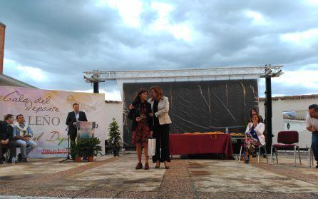 La atleta Lola Sánchez recibe de manos de la Delegada de cultura, turismo y deporte, Pilar Salazar el galardon tras su última gesta como campeona de Europa por equipos