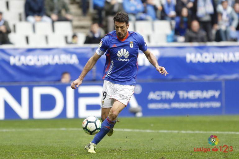Toché en un lance del juego durante el partido contra el Alcorcón en el Carlos Tartiere.