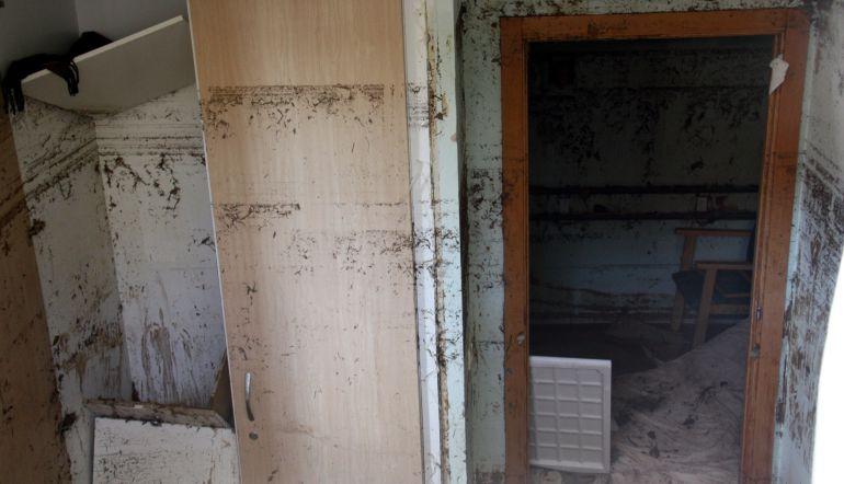 Imatge de l'interior d'una de les habitacions inundades del semisoterrani de la residència geriàtrica d'Agramunt, el 4 de novembre de 2015.