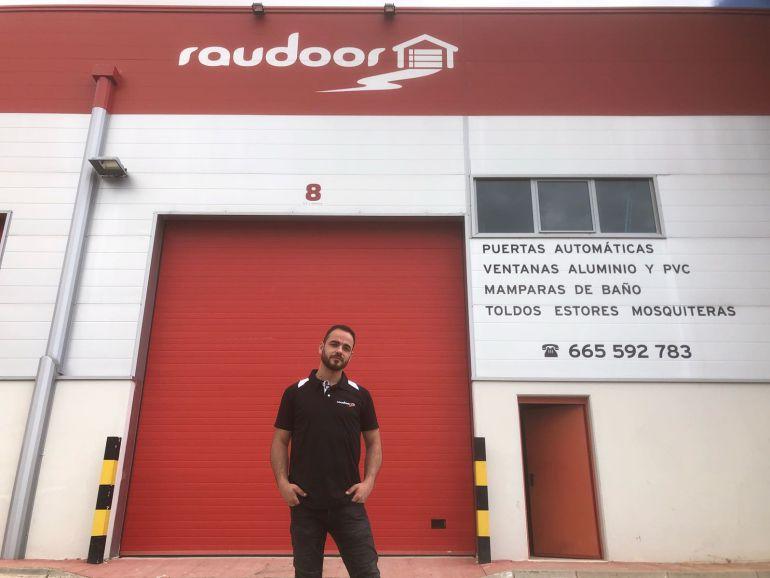 David Rioja en la fachada de su empresa Raudoor.