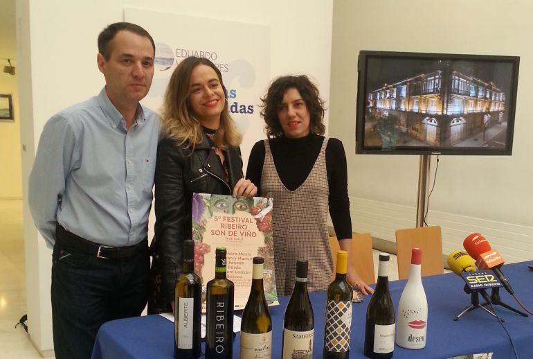 El presidente del C.R.D.O. Ribeiro, Juan Casares, la coordinadora del festival, Cristina V. Miranda y la diseñadora del cartel, Annita Rivera