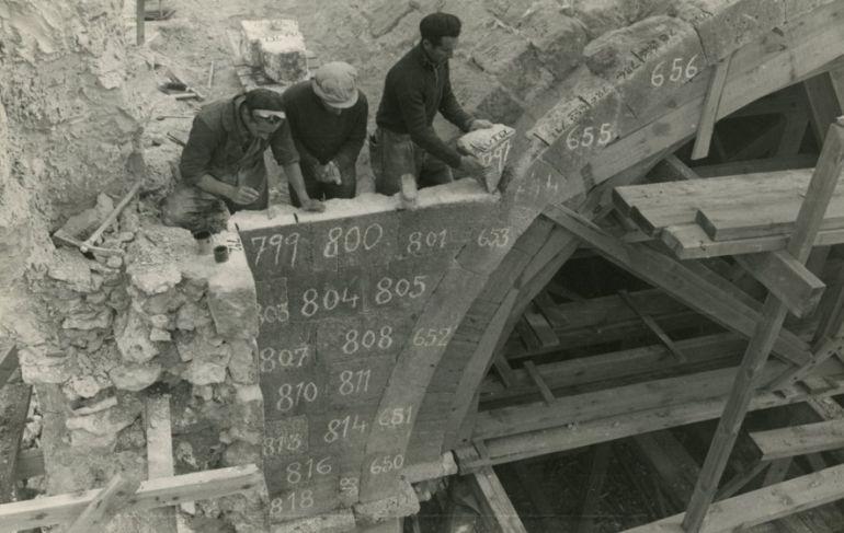 Imagen de las obras de desmontaje del abside en los años 50