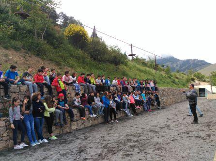 Los alumnos de sexto de primaria de los colegios Virgen de la Cabeza y San Isicio de Cazorla en uina exhibicion de cetreria