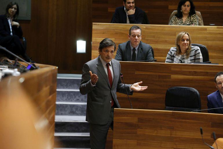 El presidente se dirige a la portavoz del PP, Mercedes Fernández, desde su escaño.