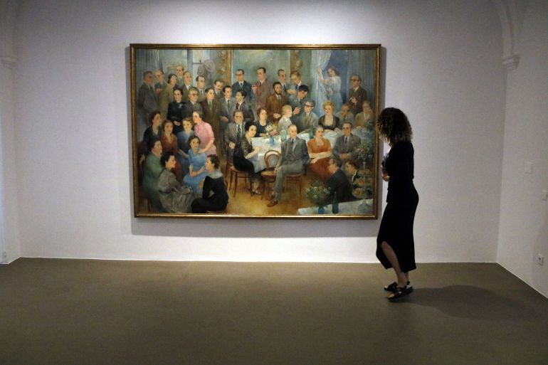 """Una visitant davant el quadre """"La colla"""" d'Olga Sacharoff"""