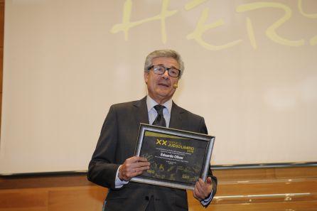 Eduardo Oliver con su premio sorpresa.