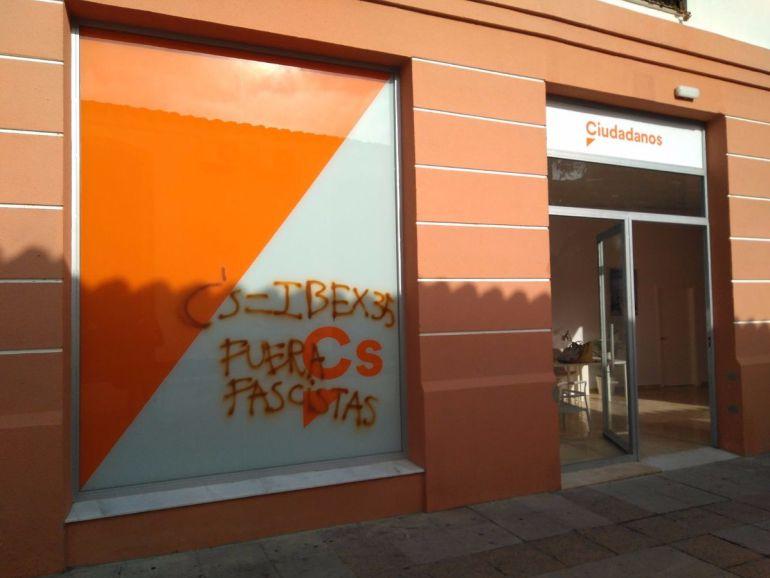 Las pintadas han aparecido en la sede de la calle Rosario, en el centro de Jerez
