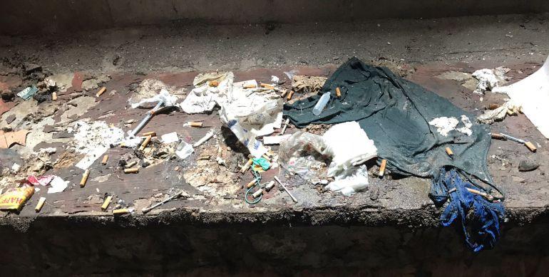 El patio interior de un narcopiso lleno de desperdicios. Entre ellos, jeringuillas