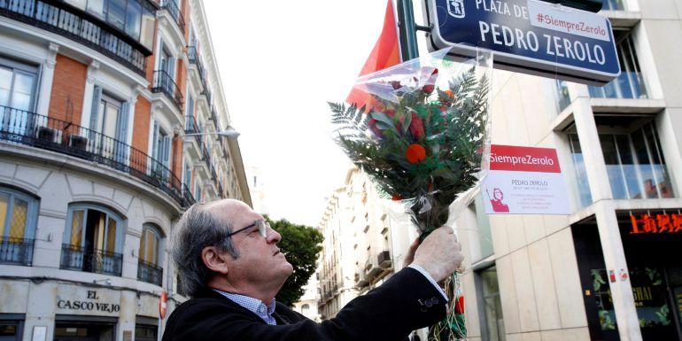 El portavoz en la Asamblea de Madrid, Ángel Gabilondo, durante la ofrenda floral con motivo del tercer aniversario del fallecimiento de Pedro Zerolo.