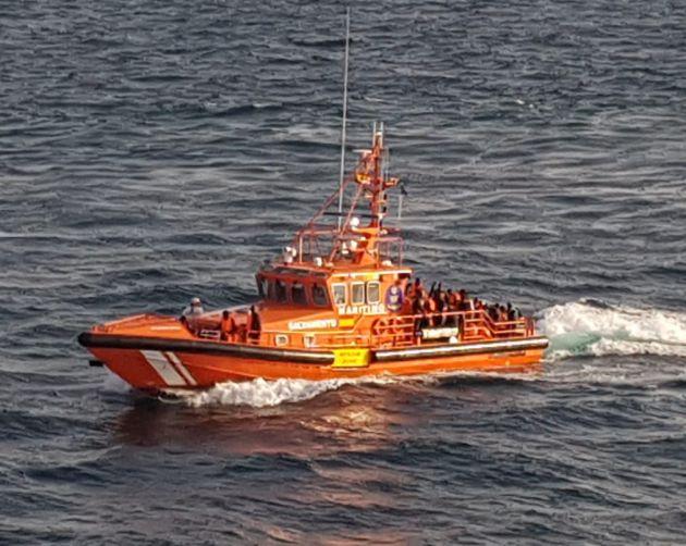 Salvamento Marítimo, tras rescatar la patera.