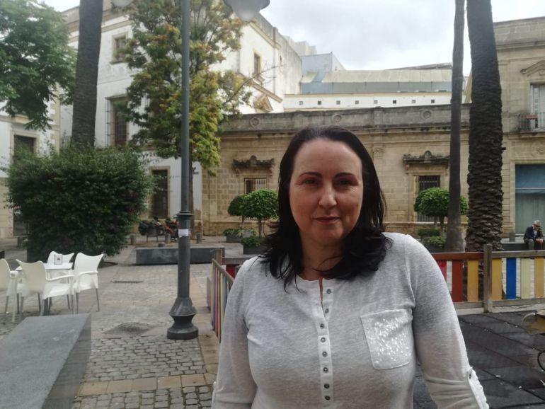Nela García, presidenta de Acoje, en la plaza del Progreso