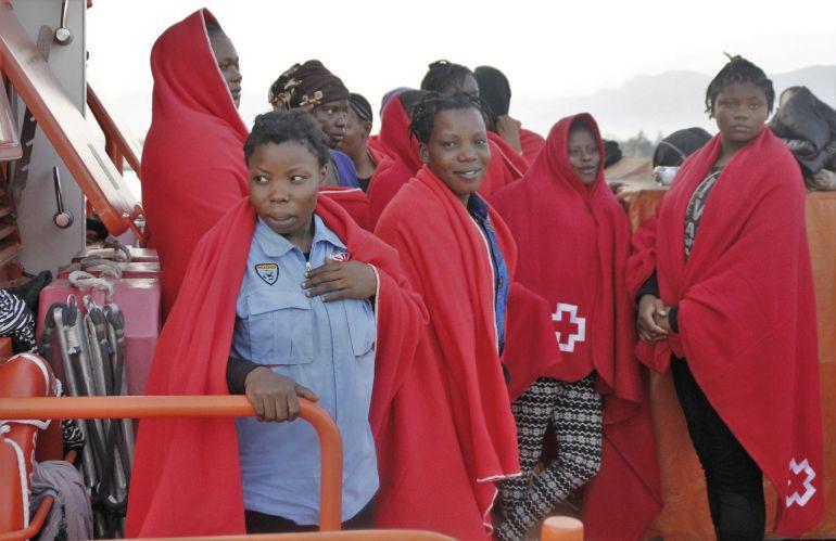 Cruz Roja atendiendo a inmingrantes llegados a las costas de Andalucía